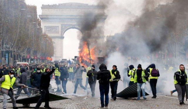 خیابان ها فرانسه در تصرف جلیقه زردها، درگیری پلیس با تظاهرکنندگان خشمگین