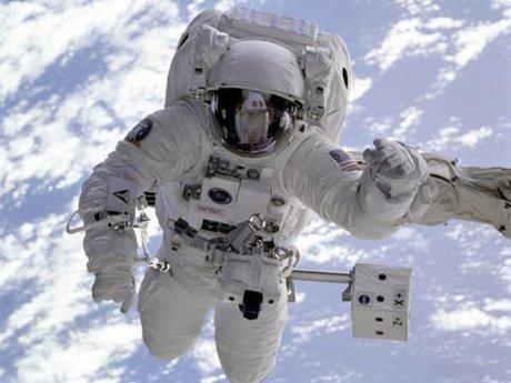 اعزام فضانورد ایرانی به فضا با پرتاب ربات ها شروع می گردد