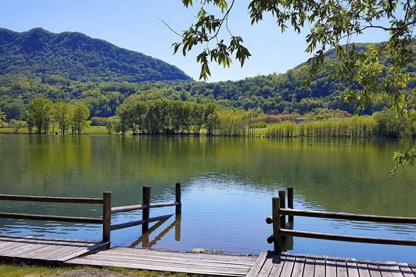 دو دریاچه پر از هیولاهای مجازی و موجودات فانتزی در ایتالیا