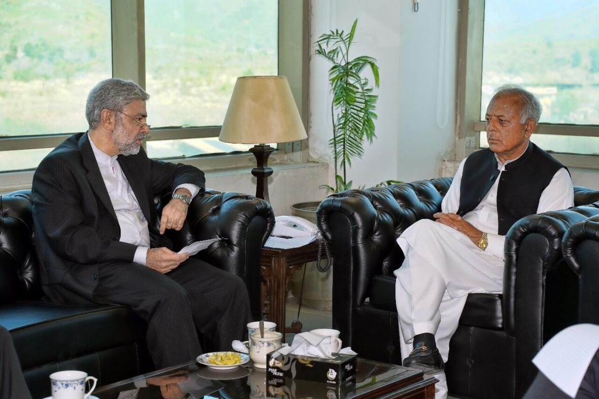 خبرنگاران وزیر هوانوردی پاکستان تداوم تحریم های آمریکا بر ایران را ضد بشری خواند