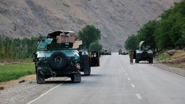 فرار سربازان دولتی افغان به تاجیکستان و تسلط طالبان بر مرز این کشور، صدها نفر از نیروهای ارتش،پلیس و اطلاعات،پاسگاه های نظامی را تسلیم طالبان کردند